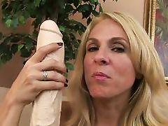 put that major black dildo in her sweet vagina
